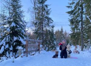 Lisa mit Ihren Hunden im Schnee
